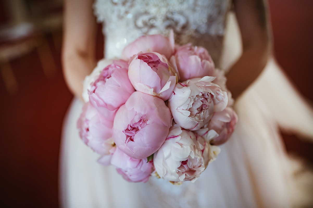 bukiet ślubny z różowych peonii