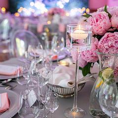 Niska kompozycja kwiatowa w srebrnym wazonie