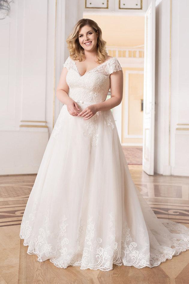 d594c0726d4524 Kiedy sukience dodatkowo towarzyszy gorset, suknia ślubna plus size  prezentuje się jeszcze wspanialej.
