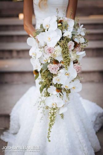 Bukiet ślubny kaskadowy