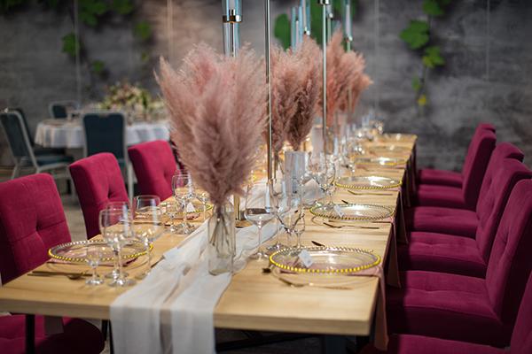Dekoracja ślubna różowe trawy pampasowe