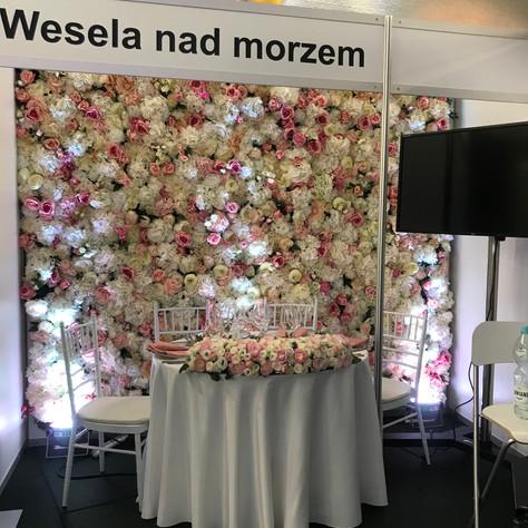 Ściana z materiałowych kwiatów