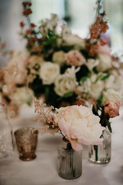 Romantyczna dekoracja złoto i róż pudrowy