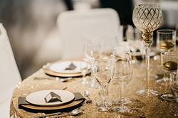 Dekoracja w stylu glamour złote cekiny i pióra