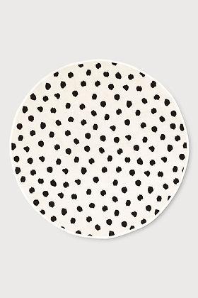 Kulatý koberec s černými puntíky