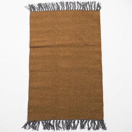 Hnědý koberec s šedými třásněmi