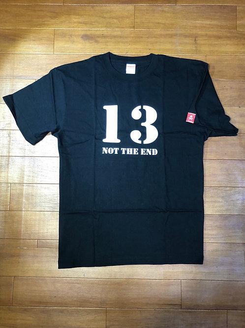"""オリジナル T-シャツ、""""13 NOT THE END"""" 黒"""