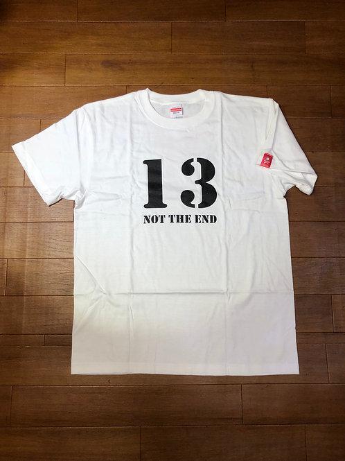 """オリジナル T-シャツ、""""13 NOT THE END"""" 白"""