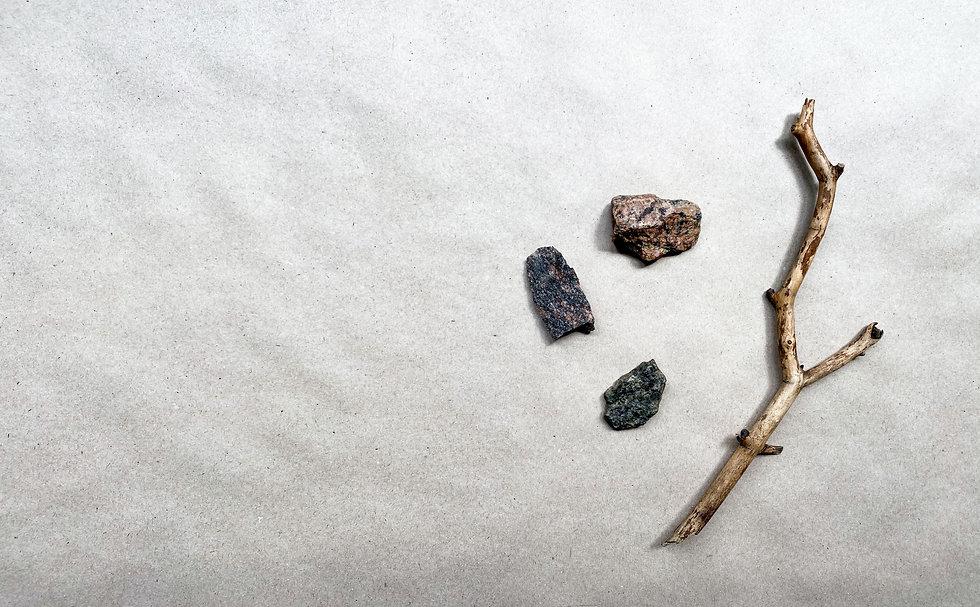 Bois flotté et galets sur du sable fin