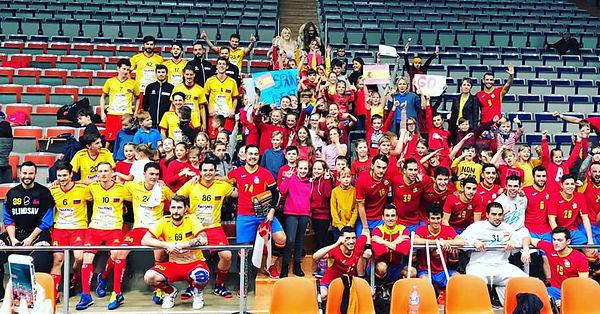 Gruppenbild: Liechtenstein, Spanien und die lettischen Schüler (Fans beider Mannschaften)