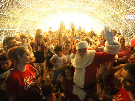 Chegada do Papai Noel ao Catuaí Palladium reuniu multidão no último sábado, 9