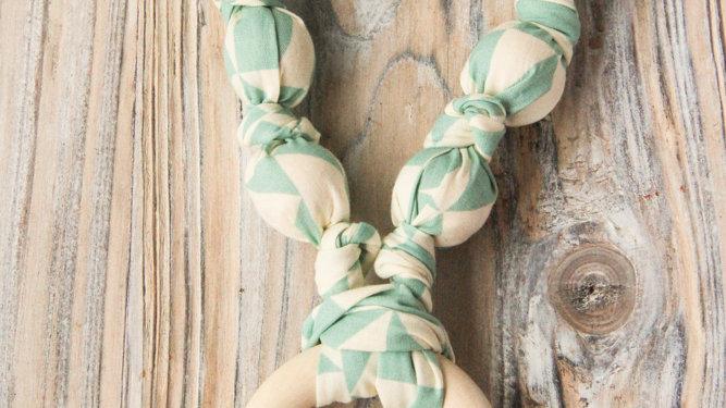 Grönt amningshalsband - tyghalsband med bitring
