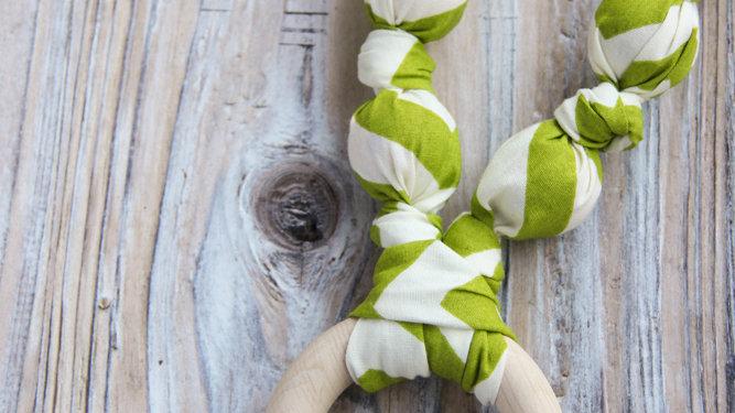 Grönt tyghalsband med bitring - amningshalsband