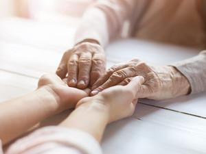 Dalla pelle al cuore: il contatto come strumento di relazione con il malato di demenza