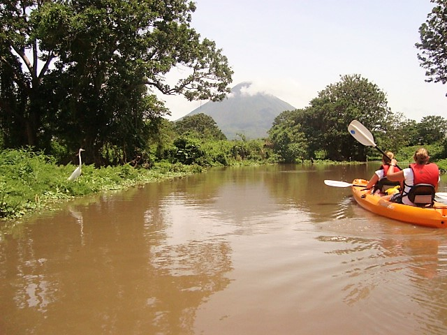 River, volcan, kayak