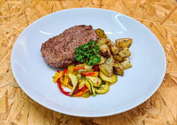 Steak haché de bœuf accompagné de pommes