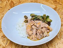 Sauté de poulet aux olives vertes, riz b