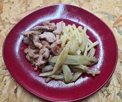 Émincés de dinde grillés accompagnés de pâtes et légumes frais