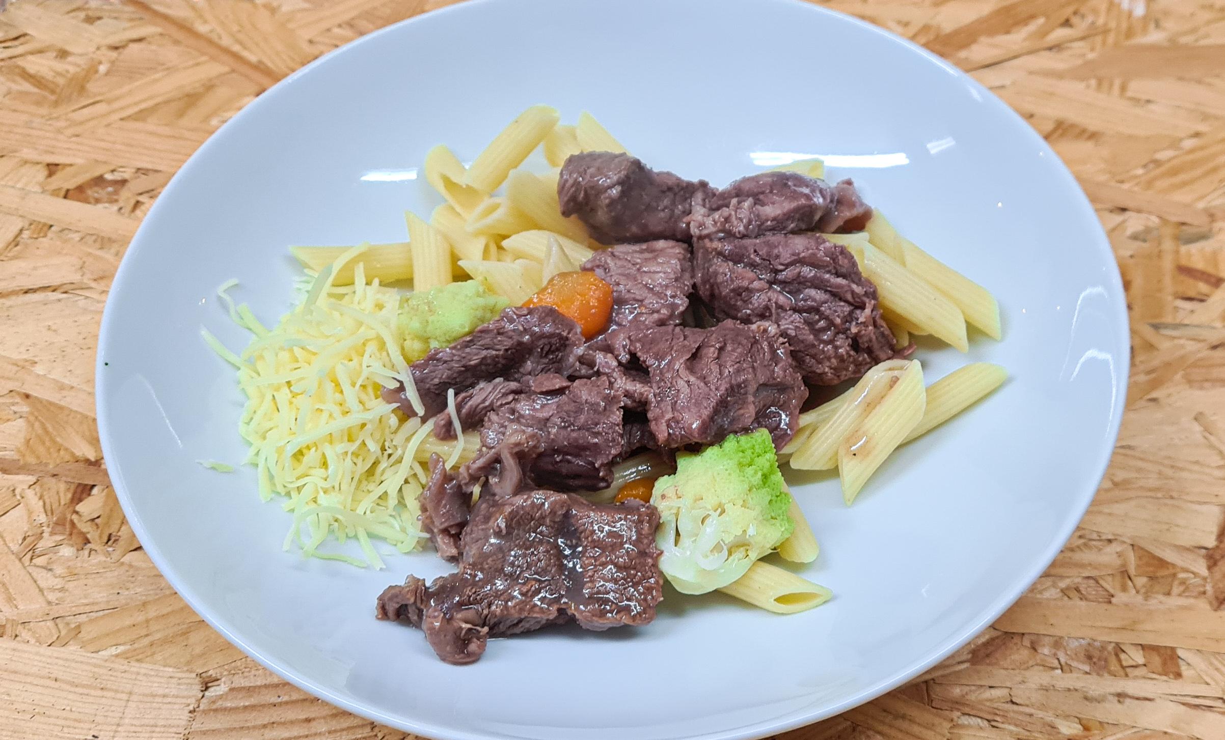 Sauté de bœuf accompagné de pâtes et cho