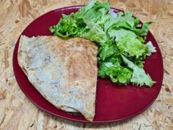 Galette de viande hachée aux pommes de terre, légumes et fromage accompagnée salade verte.