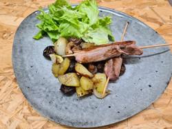 brochettes de canette et poêlée pommes de terre champ