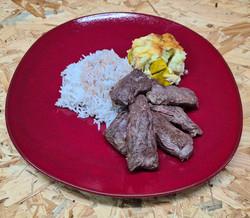 Hampe de bœuf grillée accompagnée de riz basmati et gratin de légumes