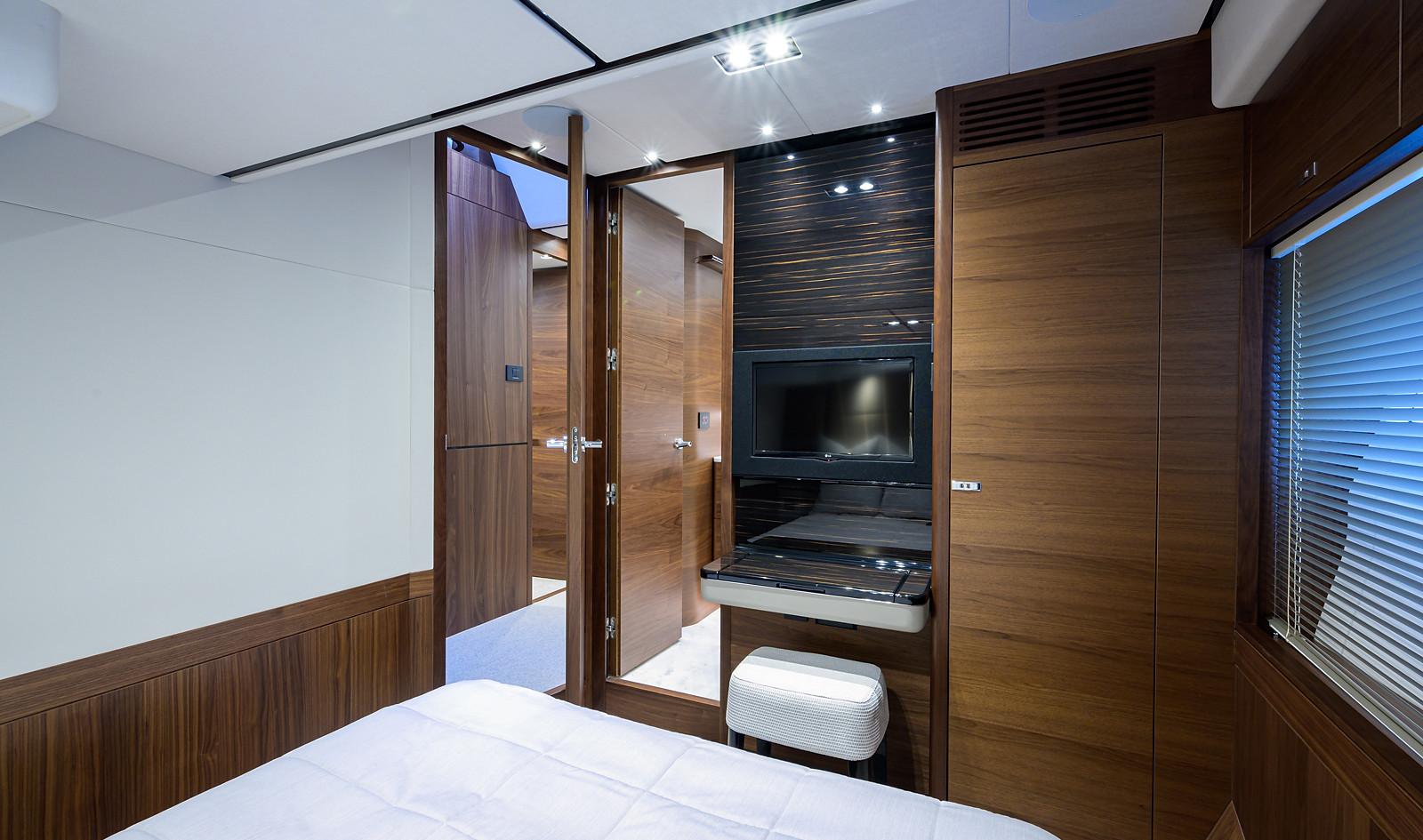 Y78-079_starboard_guest_stateroom_3.jpg