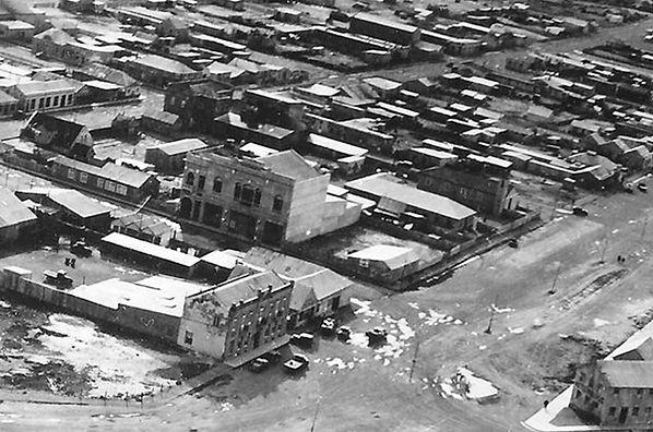 fotografia antigua aerea donde se puede ver como el edificio sobresale en la localidad por la altura que tiene.