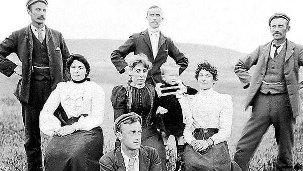 Fotografia Antigua donde se ven 9 personas posando.