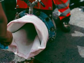 SaniLine repariert Wasserleitung in kleinem Dorf