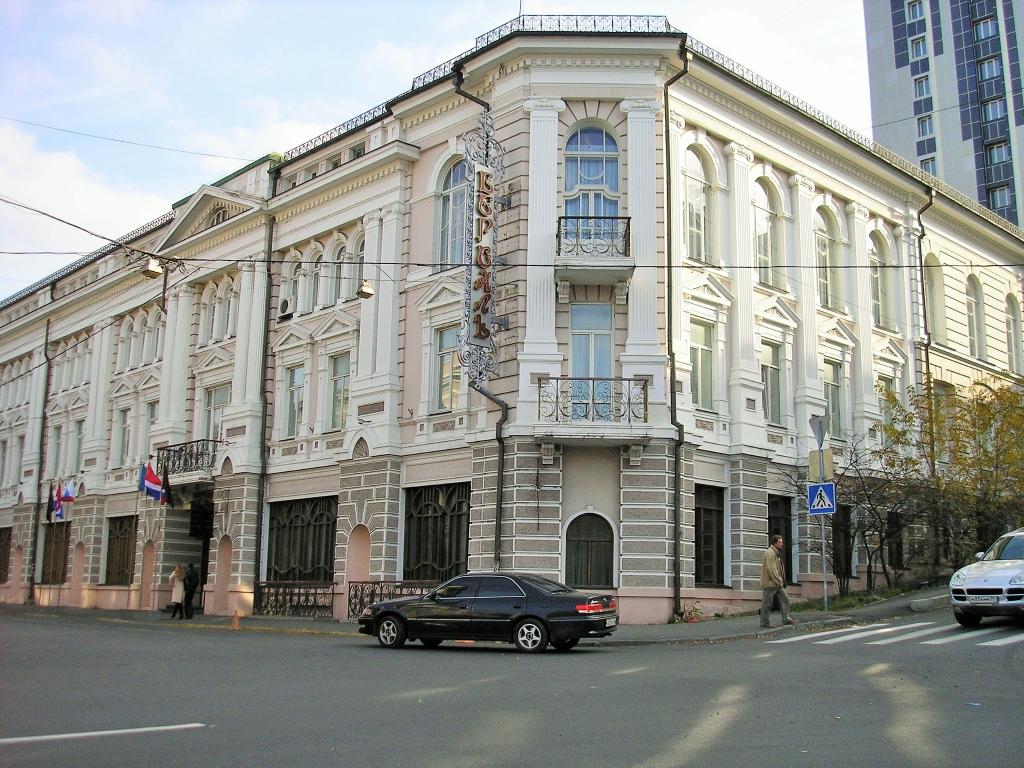 """Гостиница """"Версаль""""старейшее здание"""