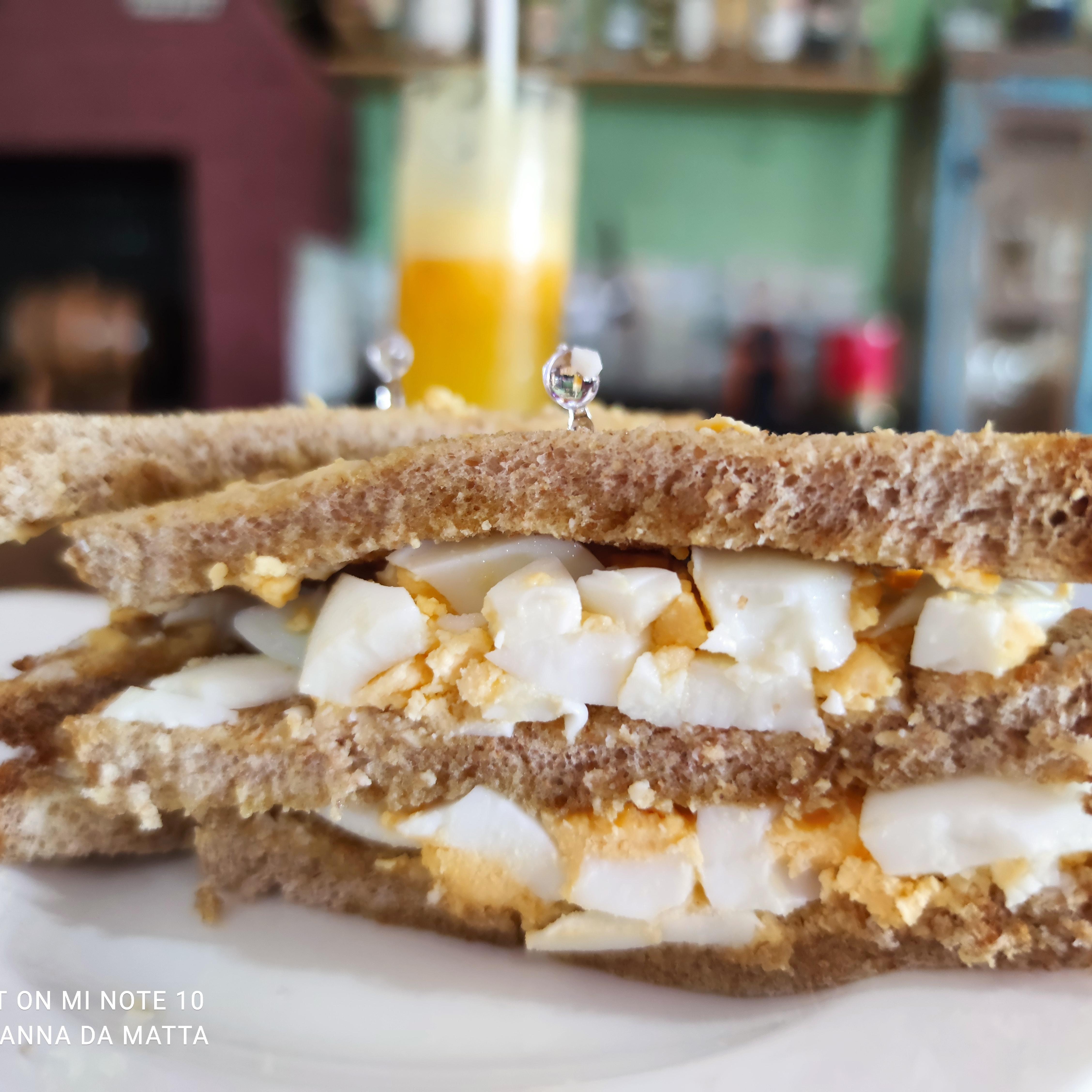 Azeite, ovos, pão integral 3 fatias.