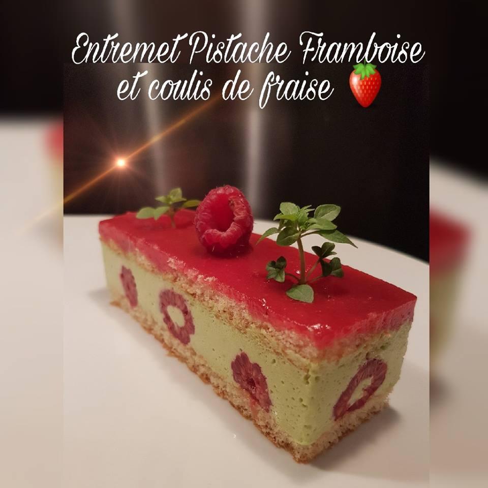 Entremet Pistache framboise et coulis de fraise