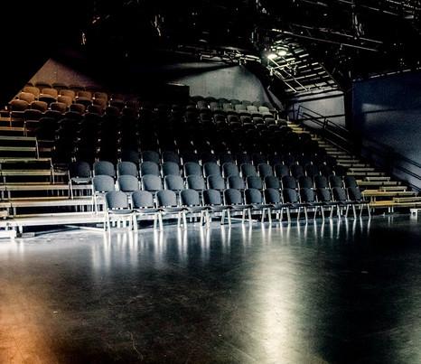 chekhov superbohemians teater stage.jpg