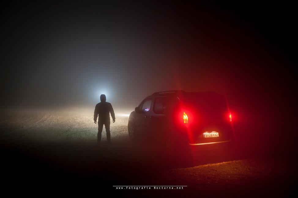 Llegando a la furgo después de una pequeña ruta, con fuerte niebla (Frontal nitecore HC35) Enero 2020