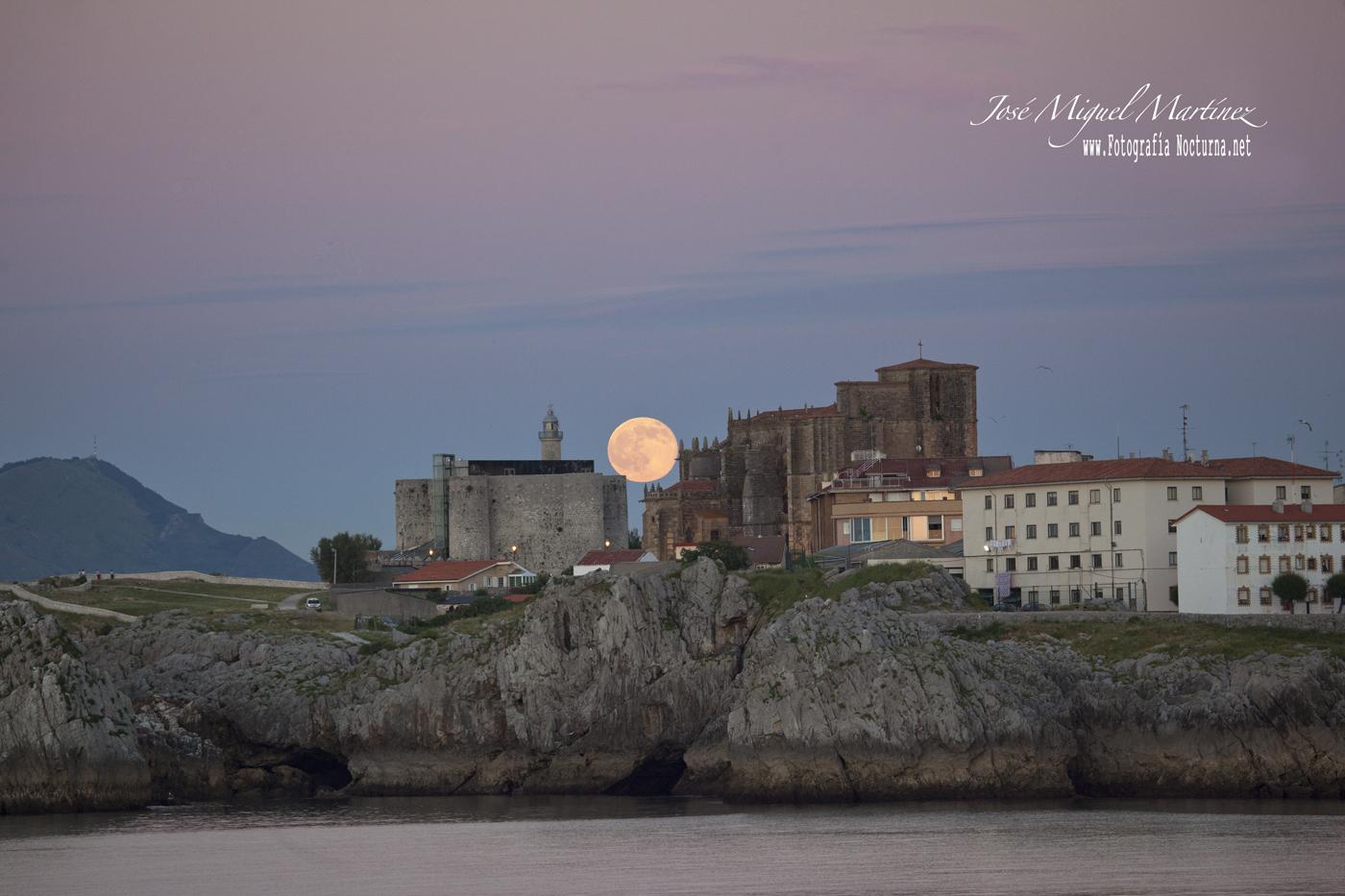 Luna llena desde Castro Urdiales