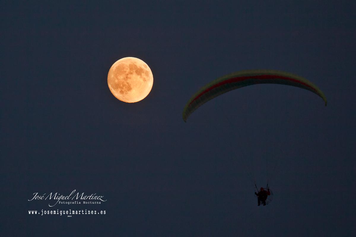 Luna llena y parapente