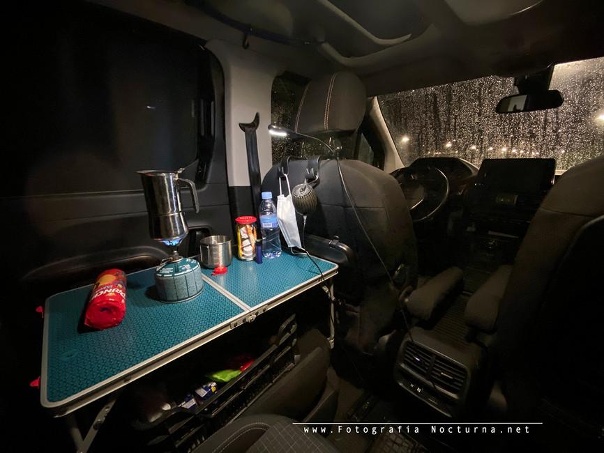Desayuno interior del Peugeot Rifter, esperando a las primeras luces y a la Borrasca Dora (Diciembre 2020)