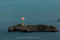 La luna llena y el Faro de Mouro