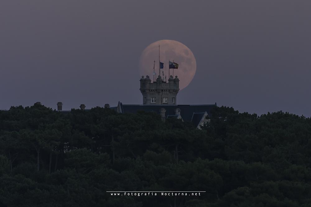 Luna por Palacio de la Magdalena