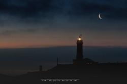 Luna por faro de Santander