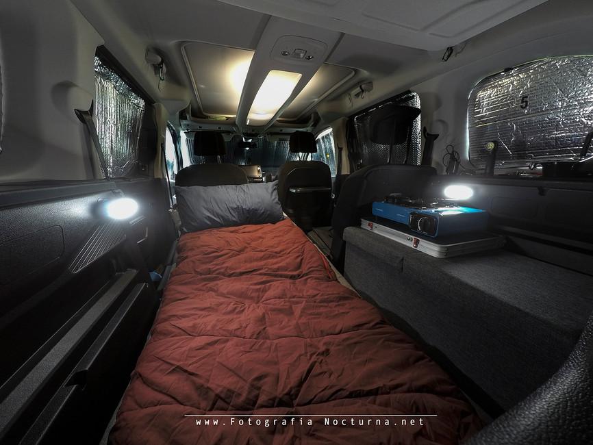 Versión 2.0: Nueva configuración para dormir (Colchón de espuma + almohada + saco tipo edredón + mueble a la derecha con bastante capacidad y plano para tener una mesa en el interior e iluminación con 4 linternas Nitecore (Mayo 2020)