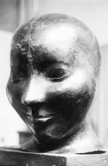 Mädchenkopf (1926), Kupfer getrieben, lebensgroß, in der Kunsthalle Mannheim 1937 als entartet beschlagnahmt, verschollen