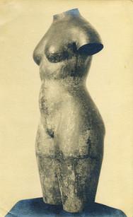 weiblicher Torso (1928), lebensgroß, Messing getreiben, verschollen