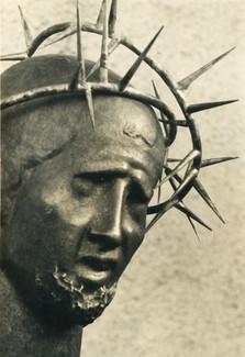 Unter Dornen (ca. 1948), Kupfer getrieben,