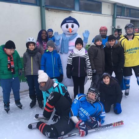 Ganztagesklasse beim Eislaufen