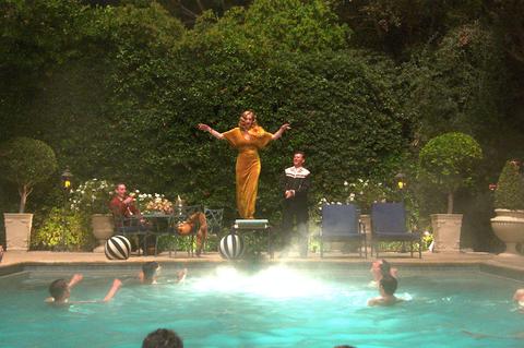 netflix-hollywood-swimming-pool-15882659