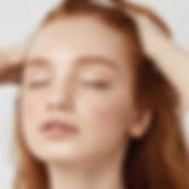 Menina com cabelo vermelho