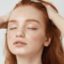 Fille avec les cheveux rouges