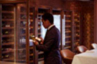Vinoloq M-line, op maat gemaakte wijnklimaatkasten die passen bij de uitstraling van uw zaak    Custom made wine cabinets, in style with your interior